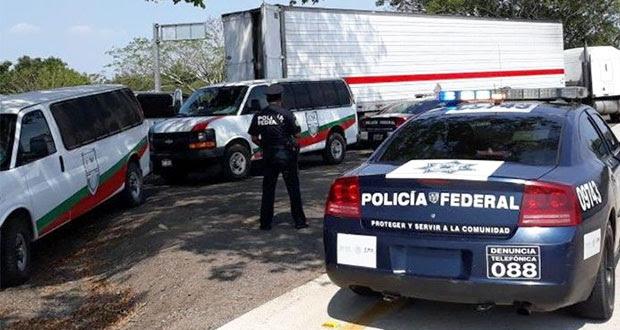 Rescatan a 136 migrantes de tráiler abandonado en Veracruz