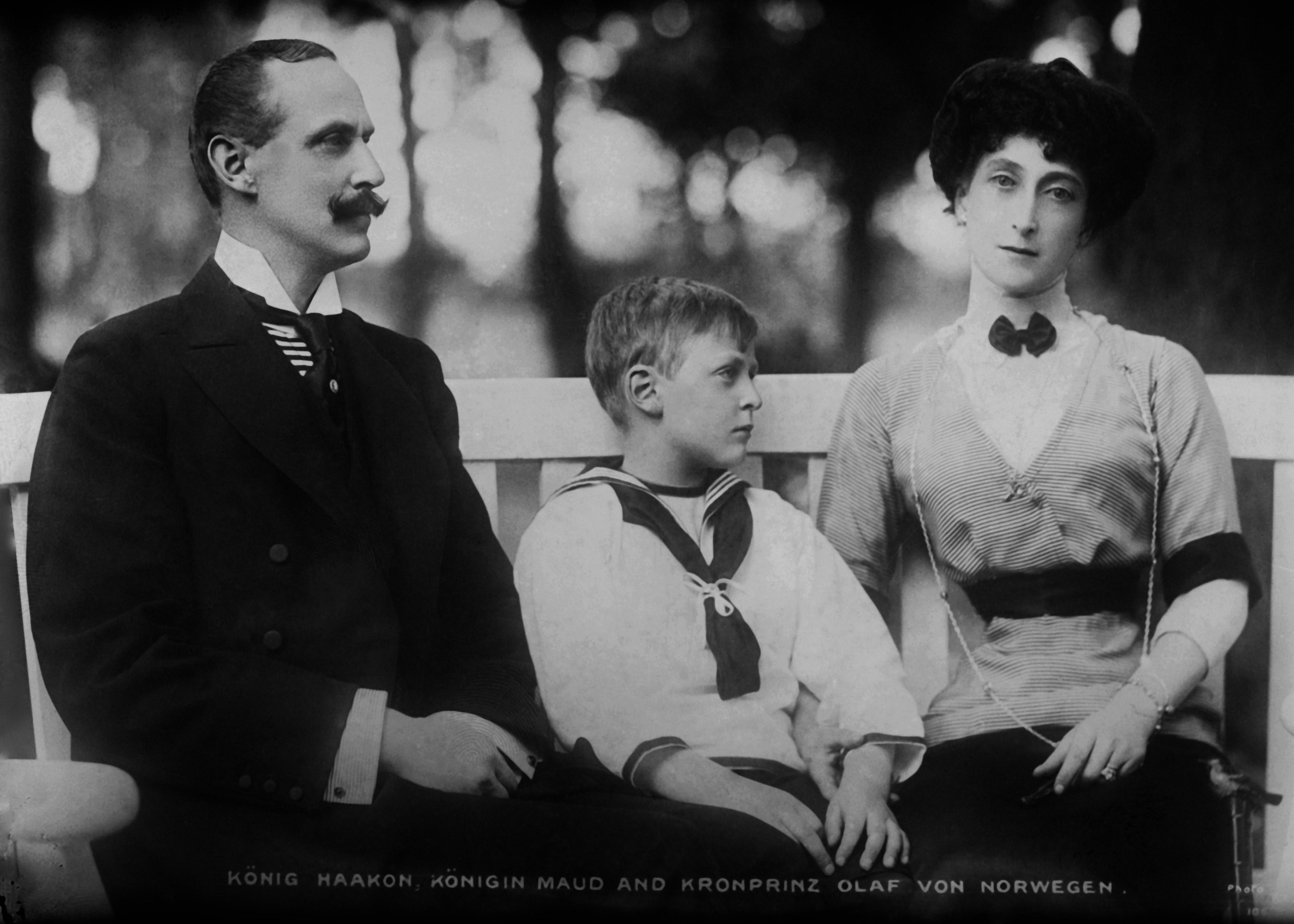 Hans Majestet Haakon VII af Guds Naade og efter Rigets Constitution Konge over Norge og den kongelige familie