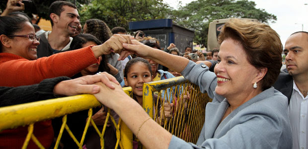 Dilma cumprimenta na inauguração da estação de teleférico do Morro do Alemão (Foto: Roberto Stuckert Filho / Presidência)
