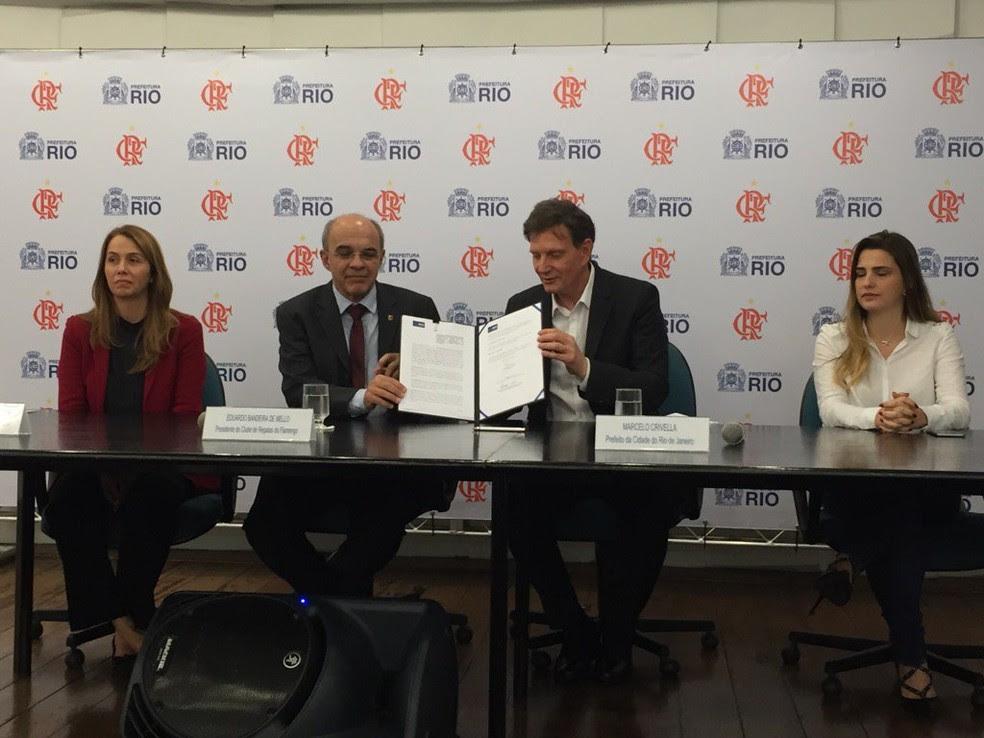 Marcelo Crivella e Eduardo Bandeira de Mello. Prefeito assinou Protocolo de Intenções para estádio acústico na Gávea (Foto: Fred Gomes)