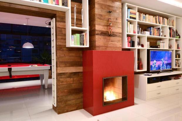 Vermelho, branco e madeira colorem cobertura com três recantos de convívio Eduardo Liotti,Divulgação/Eduardo Liotti,Divulgação