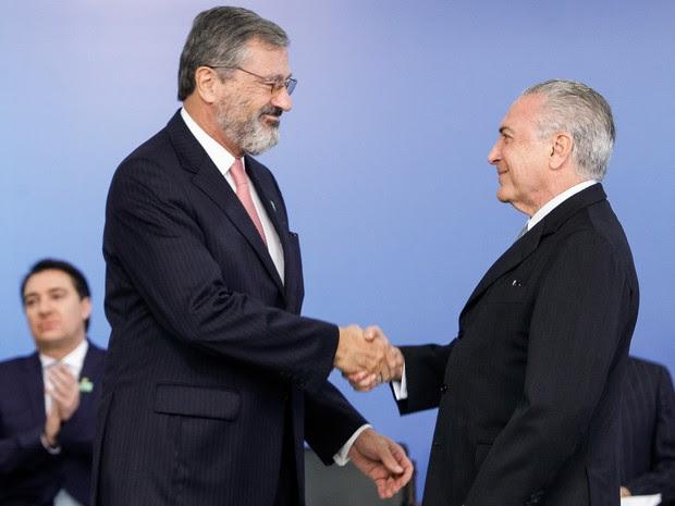 O presidente em exercício, Michel Temer, dá posse ao novo ministro da Transparência, Torquato Jardim, nesta quinta (2) (Foto: Beto Barata/PR)