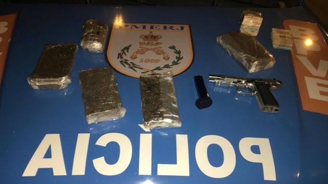 Drogas, arma e dinheiro apreendidos com agente penitenciário