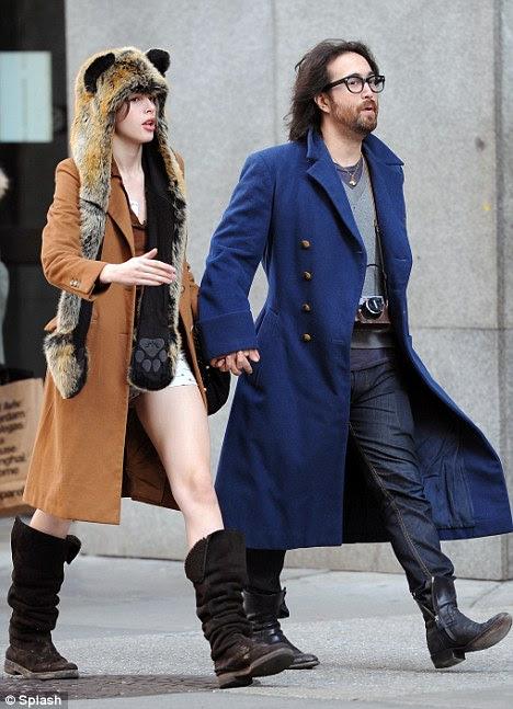 Tomá-lo em seus passos: as pernas do modelo Charlotte olhar mais tempo do que seu namorado