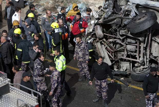 Destroços de ônibus escolar de caminhão que se chocaram nesta quinta-feira (16) em estrada na Cisjordânia, entre Jerusalém e Ramallah (Foto: AFP)