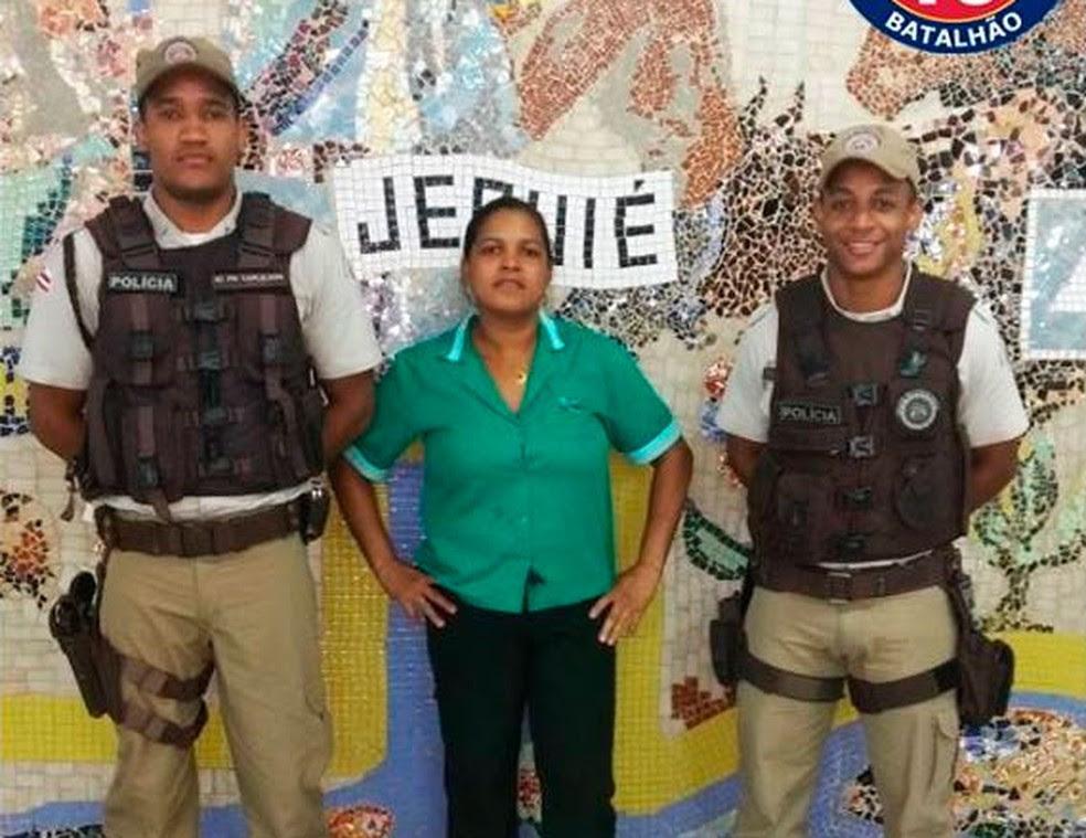Policiais ajudaram a localizar dona do dinheiro na cidade de Jequié, região sudoeste da Bahia (Foto: Divulgação/PM)