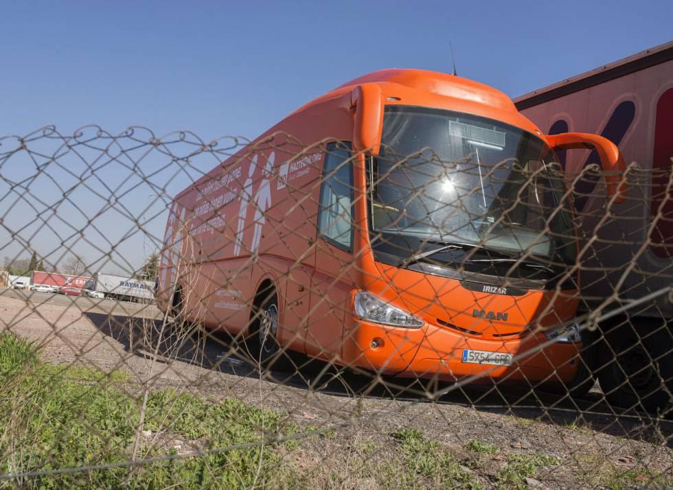 Autobús de la organización Hazteoir retenido en un aparcamiento de la localidad madrileña de Coslada.