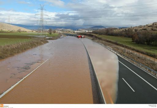 Πτολεμαϊδα: Κεραυνός χτύπησε σπίτι - Δρόμοι μετατράπηκαν σε ποτάμια από τη δυνατή βροχή!