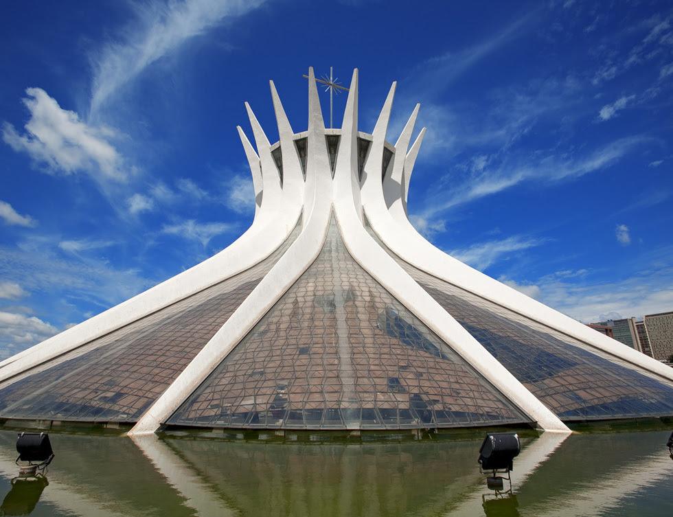 Creada en 1970 la La Catedral Metropolitana o Catedral de Brasilia es obra del arquitecto Oscar Niemeyer y destaca por sus 16 impresionantes columnas de hormigón. Mide 40 metros y su base circular mide cerca de 70 metros. Su interior, con capacidad para 4.000 personas, es todavía más espectacular por su vidriera que da la sensación de estar abierta al cielo.