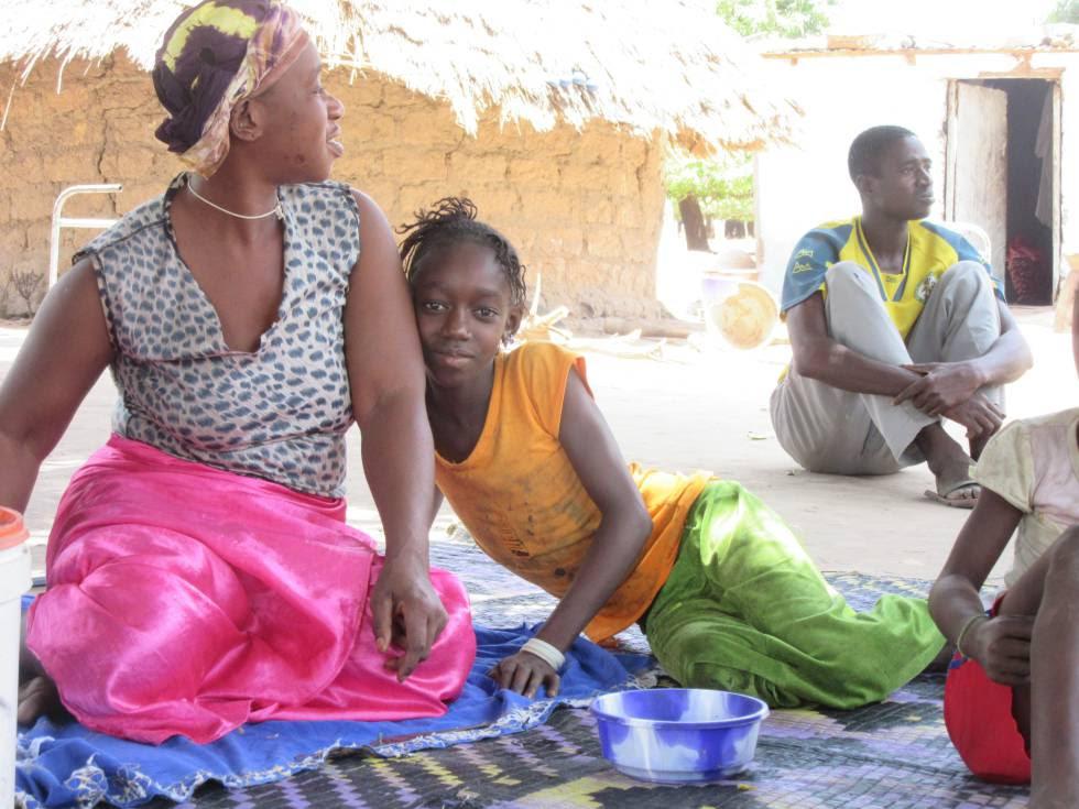 Khadijatou Diao, hermana de Yunussa Diao, emigrante que lleva diez años en España, junto a otros miembros de su familia en Sare Bakary.