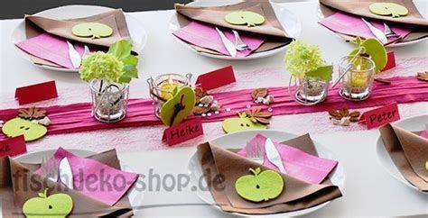 Eine frische Tischdekoration mit Tischbändern in Fuchsia
