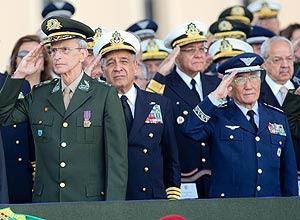 Em 1º plano, os comandantes Peri (Exército), Moura Neto (Marinha) e Saito (Aeronáutica)