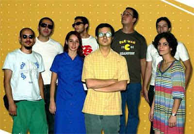 Daniel (ao centro, de óculos) junto aos artistas de sua coletânea