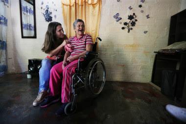 <p>En Medellín, María Nelly, de 62 años, tiene alzhéimer. Su hija Yaned, de 35, ha recibido formación para cuidarla, una silla de ruedas y una cama de hospital para su casa. La familia participa en el estudio de la Universidad de Antioquia que investiga una mutación genética común en la región, causante de la aparición temprana de la enfermedad. Imagen:Steve Russell / Toronto Star / EFE</p>
