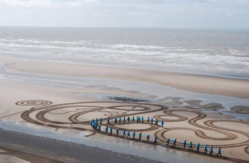Lukisan Raksasa di Atas Permukaan Pasir Pantai