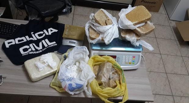 entorpecente, 6 quilos de crack e 1,5 quilos de cocaína, estava em poder de um casal (Foto: Divulgação/Polícia Civil do RN)