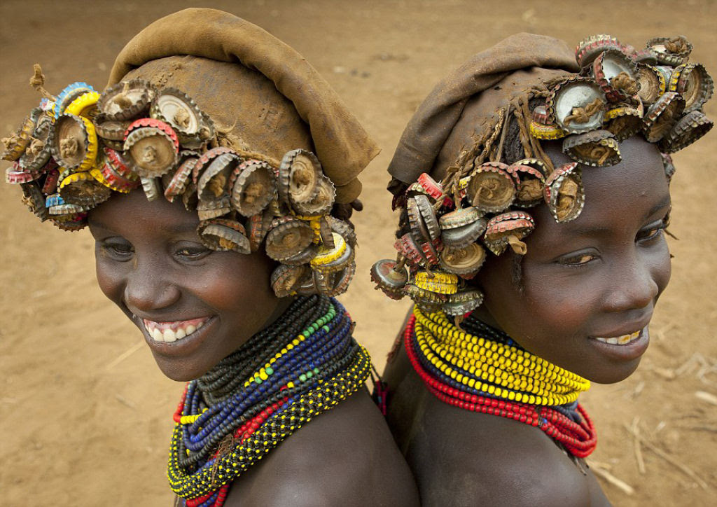 Tribo etíope recicla descartes do mundo moderno em acessórios de moda 05