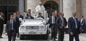 El papa Francisco saluda a los fieles durante la audiencia general de los miércoles en la plaza de San Pedro del Vaticano. EFE