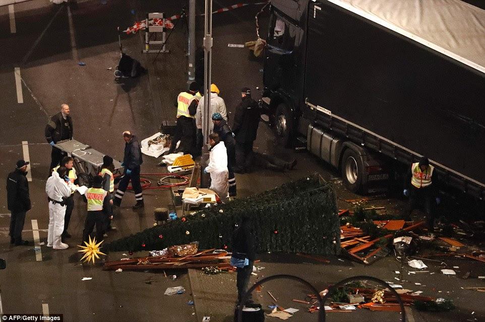 Aftermath: Novas fotografias surgiram a partir da cena que mostra como a estrada em torno do camião estava coberto de corpos, incluindo um corpo pelo táxi