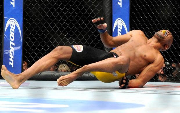 Anderson Silva e Chris Weidman luta UFC Las Vegas (Foto: AP)