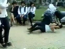 Những học sinh khác thì vô tư nhìn bạn bị đánh một cách tàn nhẫn. Hình RFA chụp từ YouTube.