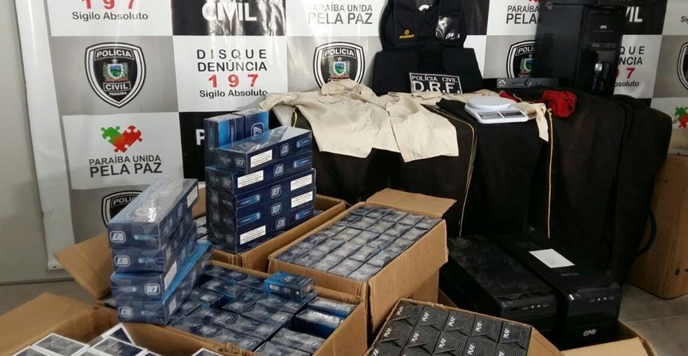 Polícia Civil apreendeu arma, cigarros, computadores, munições e colete  (Foto: Jackson Rondinele/TV Paraíba)