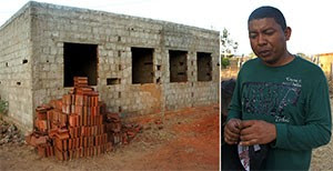 Agricultor José Vandilson mostra o posto de saúde que teve a obra de construção interrompida par a passagem do Ramal Apodi  (Foto: Anderson Barbosa/G1)
