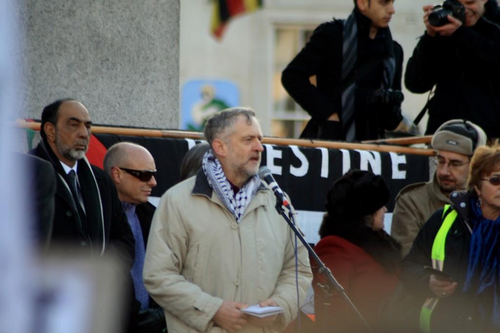 Jeremy Corbyn, maintenant le chef du Parti travailliste britannique, parle lors d'un rassemblement pro-palestinien à Trafalgar Square de Londres, Janvier 2009. Photo: Davide Simonetti / flickr