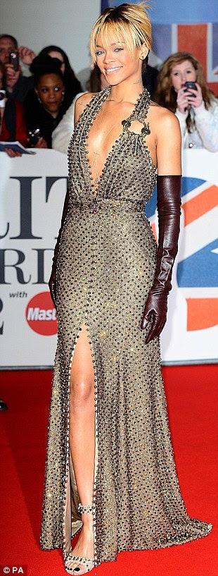 Mostrando as suas curvas: Rihanna exibiu um pouco de pele grave neste número mergulhar ouro sequin, superando estrelas britânicas como Jessie J