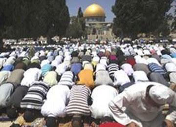 Jamaah shalat di Al Aqsha