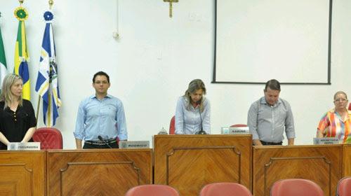 Divulgação/Câmara de Rolândia - Sabine (centro) tomou posse durante sessão na Câmara nesta sexta-feira