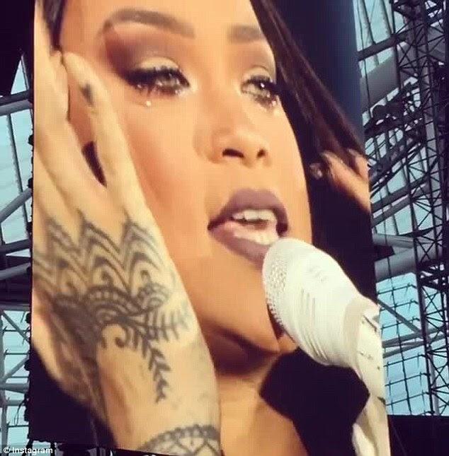 Brotando: Rihanna provocou preocupação entre seus fãs depois que ela caiu em lágrimas durante uma performance emocional na Irlanda na terça-feira