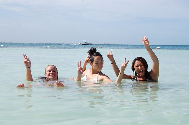 cancun_ladies_in_water_peace