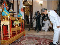 General Surayud Chulanont bowing to an image of the King