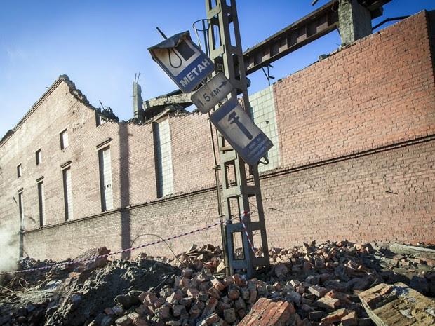Fábrica de zinco é atingida por meteorito nesta sexta-feira (15) na cidade de Chelyabinsk, na Rússia. Cerca de 500 pessoas ficaram feridas e 100 tiveram que ser hospitalizadas. (Foto: AFP / 74.RU/ Oleg Kargopolov)