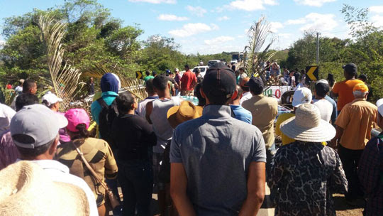 Manifestação reúne moradores de Ponto Novo, Filadélfia Itiúba e Queimadas