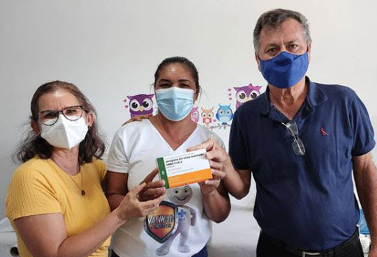 Prefeito de Valente, Ubaldino Amaral, acompanha entrega de vacina contra Covid-19 | Foto: Divulgação