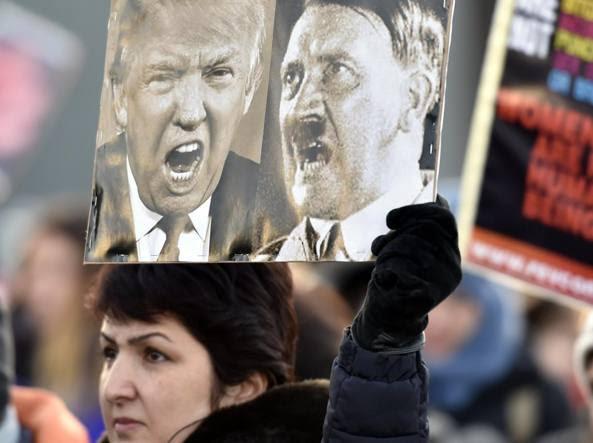 Una manifestazione anti-Trump a Helsinki (Afp)
