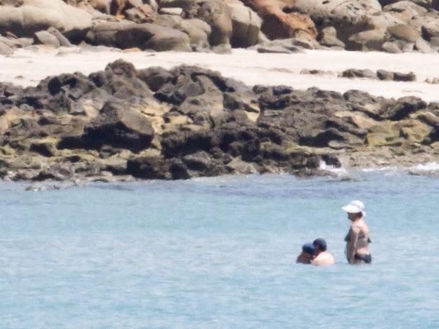 A presidente Dilma Rousseff toma banho de mar em praia de Salvador (Foto: Ed Ferreira/Estadão Conteúdo)