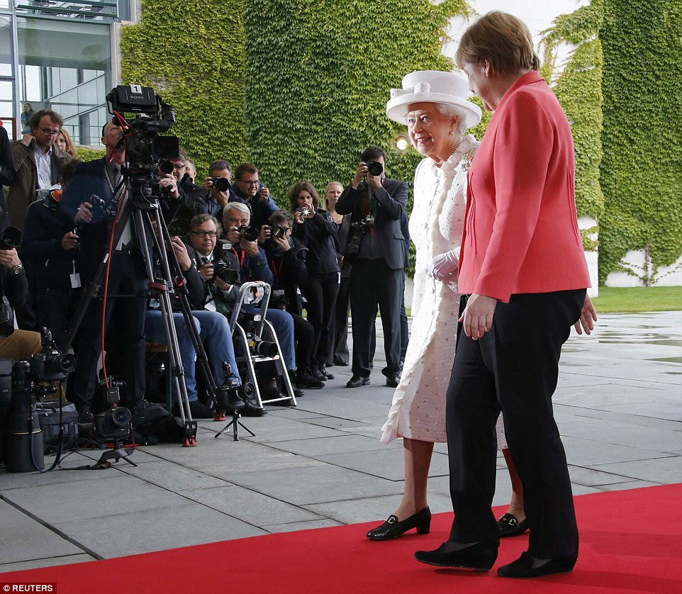 Juros: O momento foi capturado por centenas de lentes de câmeras alemãs - a visita provocou enorme excitação no país