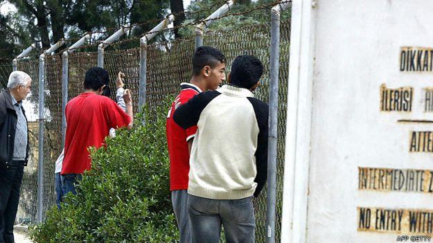 Adolescentes frente a una alambrada en Chipre