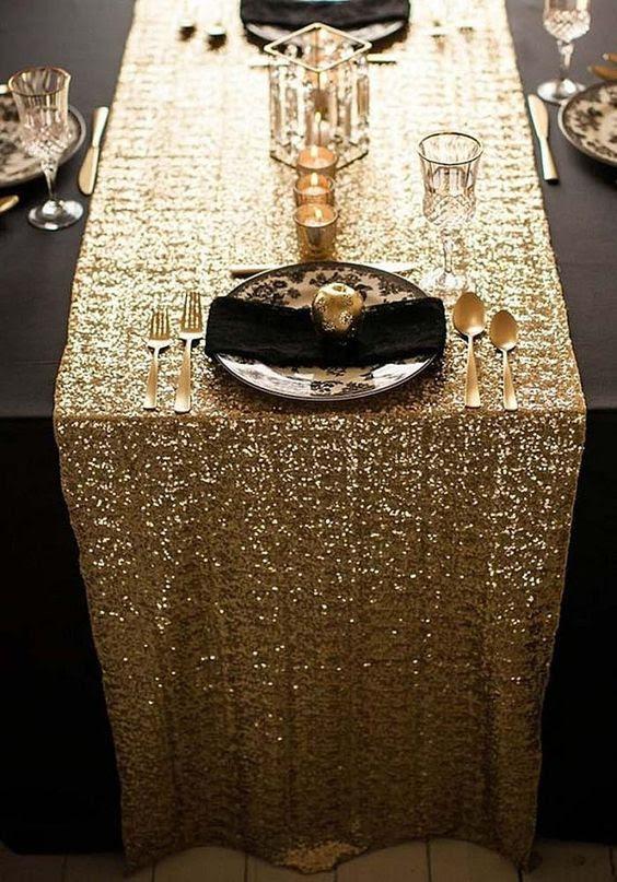 eine gold-Pailletten Tischläufer für eine schwarz und gold Hochzeit tablescape