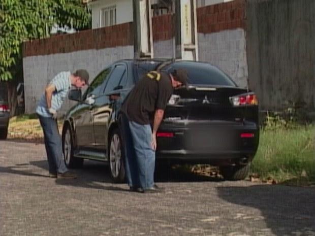 Veículo usado pela quadrilha foi periciado na tarde deste domingo (Foto: TV Verdes Mares/Reprodução)