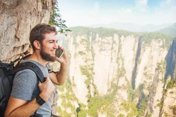 Hombre hablando por teléfono móvil — Foto de Stock #70994851