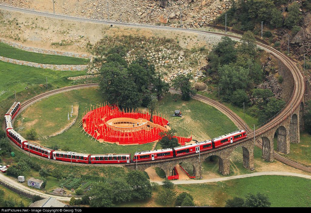 Viaduto ferroviário em espiral Brusio na Suíça 03