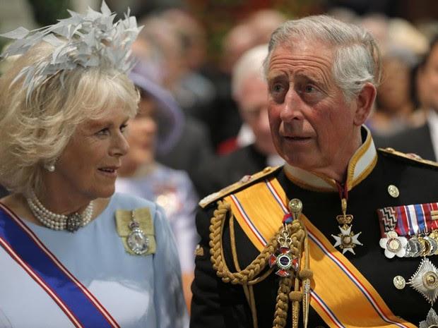 Príncipe Charles e esposa Camila, da realeza britânica, chegam à cerimônia (Foto: AP)