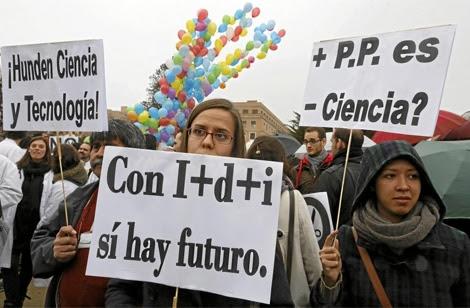 Científicos protestan frente a la Facultad de Medicina de la UCM. | Reuters