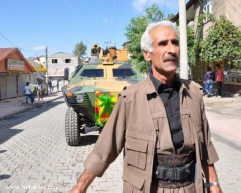 Yψωσαν σημαίες του PKK στα οχήματα του τουρκικού στρατού!