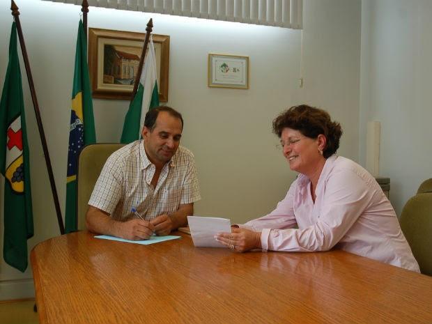 Pelé e Pavin posaram para fotos no gabinete do prefeito (Foto: Divulgação/Prefeitura de Colombo)