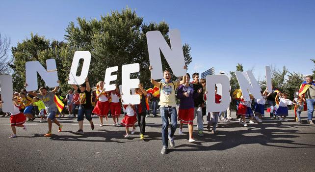arias personas portan letras para formar la palabra 'Independencia' durante la cadena humana, a su paso entre las poblaciones de Avinyonet del Penedès y Cantallops.